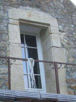 Label pierre galerie granit recontitu for Entourage de fenetre en pierre